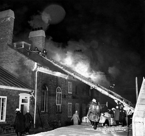 Les pompiers au travail au Bois-de-Coulonge en février 1966