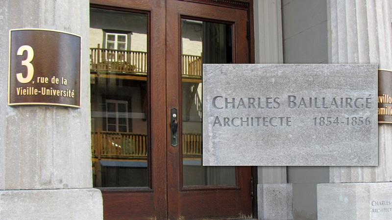 Épigraphe de CharlesBaillargé sur le pavillon Camille-Roy et la chapelle des Sœurs de la Charité de Québec.