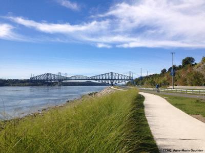 Sentier de marche longeant le fleuve à Québec