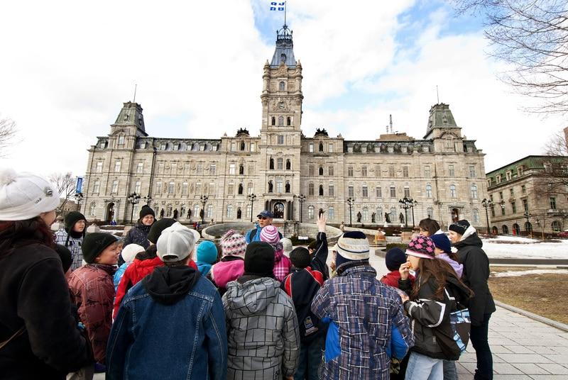"""Groupe scolaire durant le parccours """"Découvrir la capitale nationale"""" devant le Parlement de Québec"""