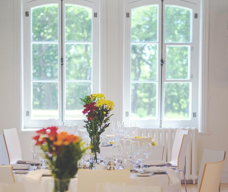Salle de réception avec des fleurs et des fenêtres